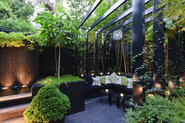Decordemon dramatic private cortyard by urban exotic - Casas con jardin interior ...