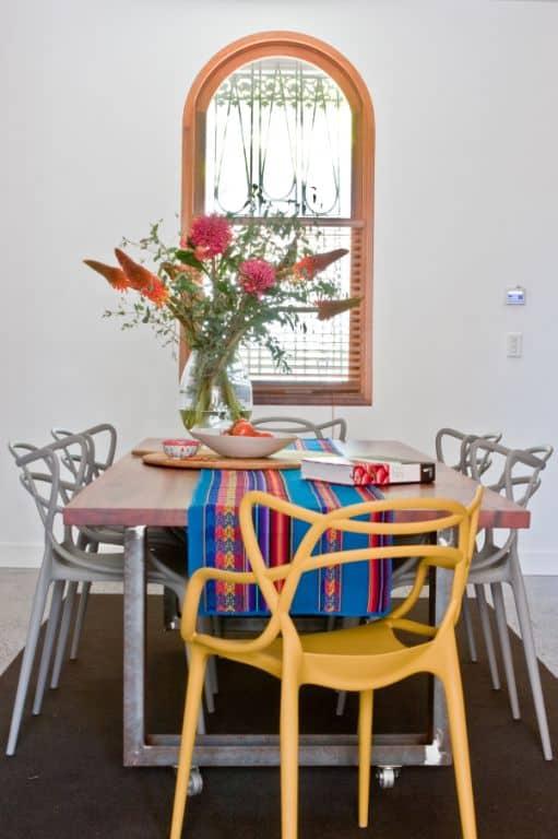 Mesa de comedor con color